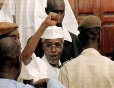 L'ex-président tchadien Hissène Habré amené de force au premier jour de son procès