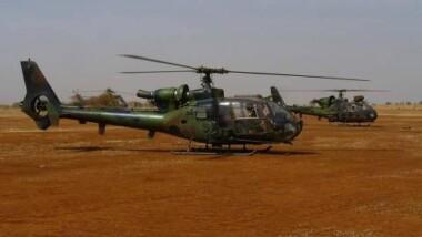 """Mali : la France confirme """"une vingtaine"""" de frappes, mais pas sur la maison d'un leader islamiste"""