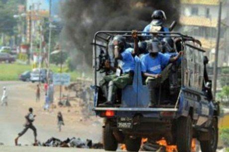 Guinée: des opposants érigent des barricades à Conakry