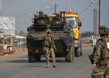 Bangui: des blindés français se déploient devant l'aéroport, tirs et panique dans des quartiers voisins