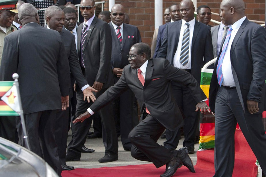 Zimbabwe: Mugabe rate une marche et tombe