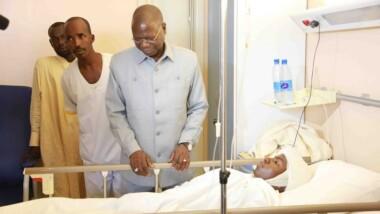 Le Premier ministre Kalzeubé Pahimi Deubet a rendu visite aux blessés de l'attentat du marché central