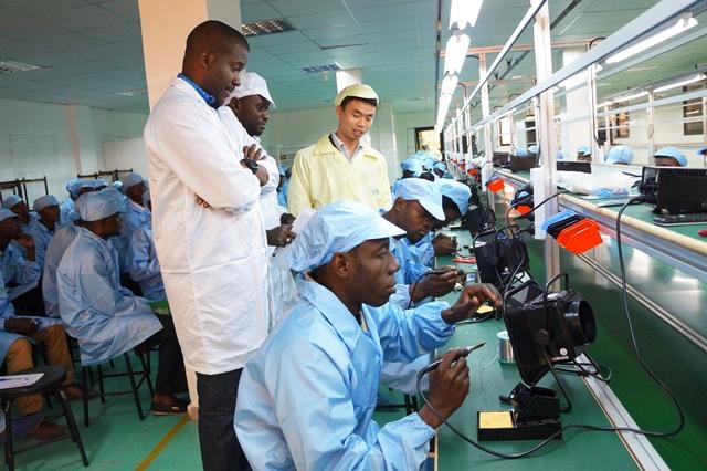 Congo : les premiers téléphones assemblés à Brazzaville sortent de l'usine
