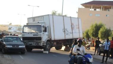 Un camion déroute dans une marche arrière