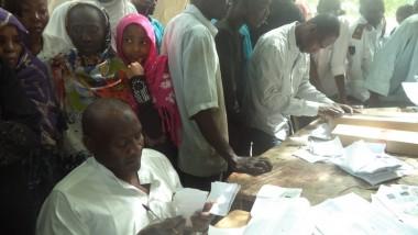 Présidentielle 2016 : les électeurs retirent leurs cartes biométriques
