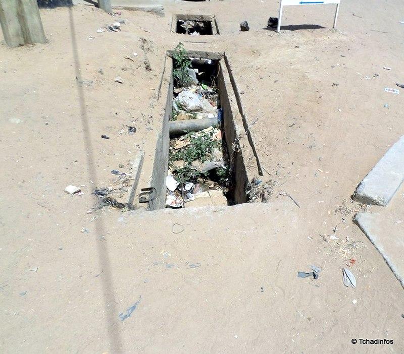 N'Djamena : bientôt la saison des pluies, les caniveaux toujours bouchés