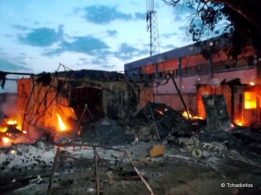 Des sapeurs-pompiers tchadiens éteignent un incendie au grand marché de Kousseri au Cameroun