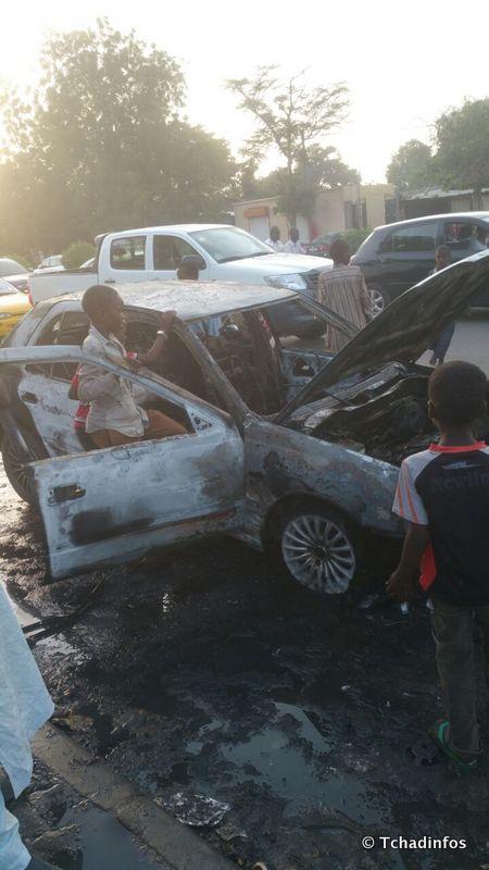 Une voiture prend feu avec des passagers à bord