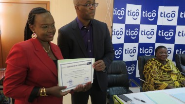 Les agents de la Maison de la Femme formés en informatique par Tigo reçoivent leurs attestations