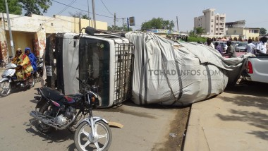 N'Djamena : un camion en surcharge s'est renversé perturbant la circulation