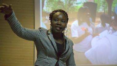 Human of N'Djamena : Evelyne Naotordéné, Master 2 vendeuse de sandwichs dans les écoles