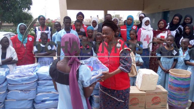 Les femmes de la Croix rouge du Tchad viennent en aide aux enfants de SOS Village