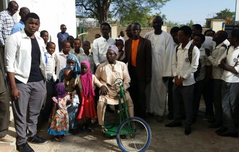Social: Les élèves du Complexe Scolaire International Bahar offrent un tricycle à un handicapé