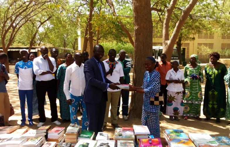 Education : L'ANACS offre des livres aux élèves du Lycée du Sacré-Cœur