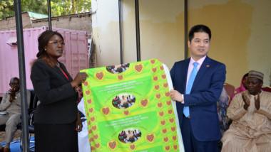 La Fondation Grand Coeur reçoit un don de pagnes de la Chine