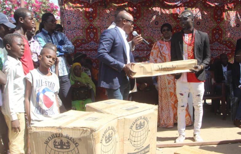 Magic System et la Fondation Grand Cœur offrent un don au centre d'accueil Dakouna Espoir