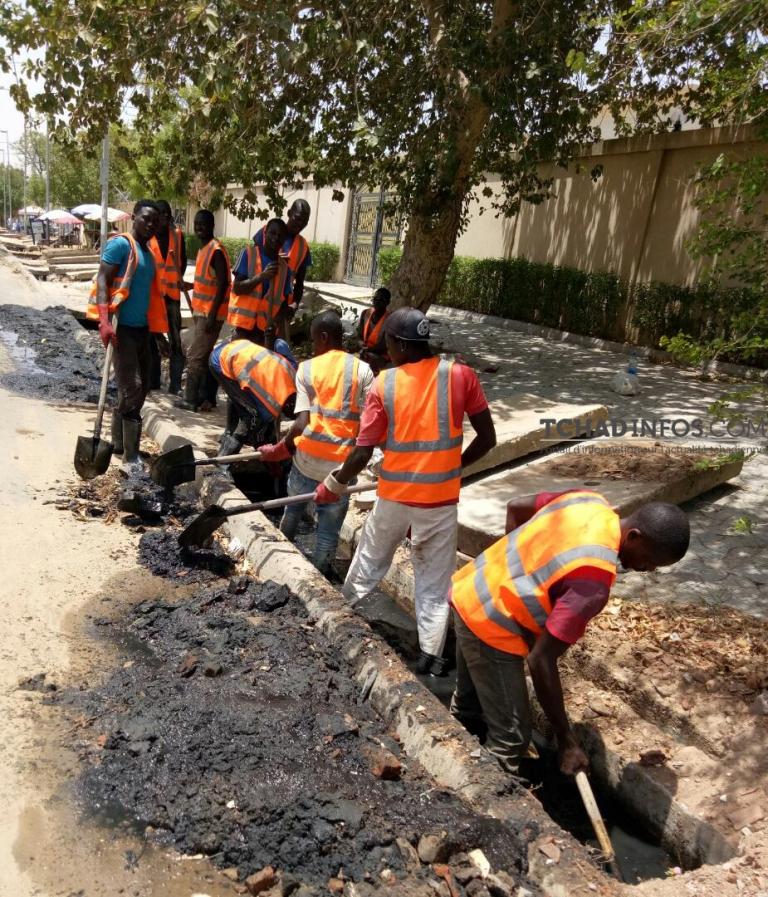 Saison de pluie : les jeunes au chômage trouvent une activité dans le curage des caniveaux
