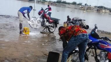 Société : Des stations de lavage de fortune se créent avec la saison pluvieuse