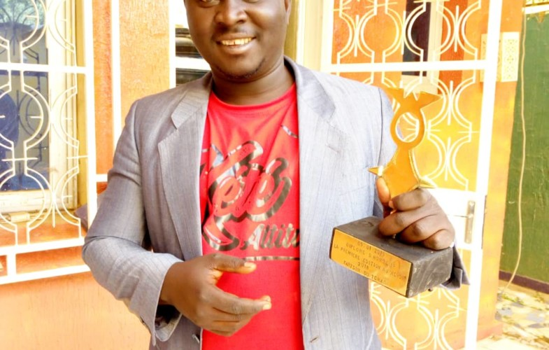 Iyalat: l'humoriste Kartsym reçoit une distinction d'honneur à Niamey