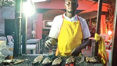 Société : le commerce de poisson braisé pris d'assaut par les hommes