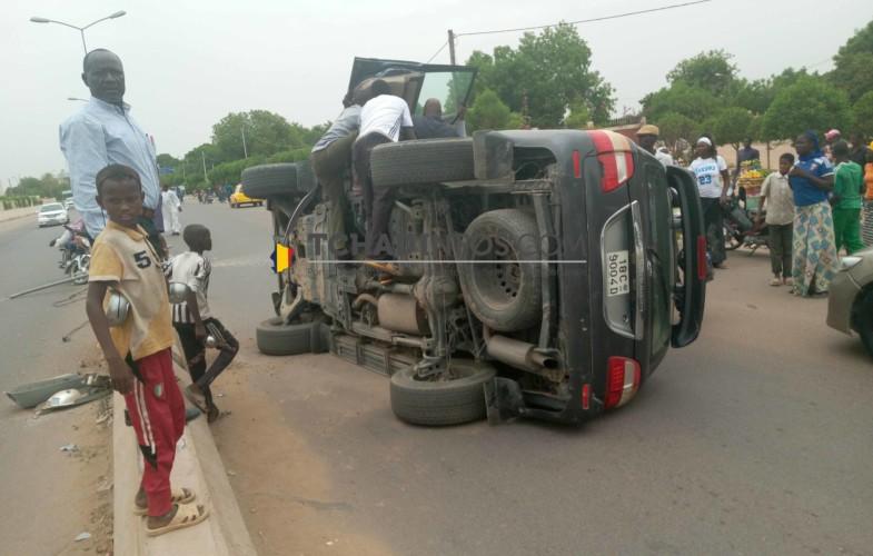 Fait divers: un véhicule s'est renversé en percutant un poteau électrique