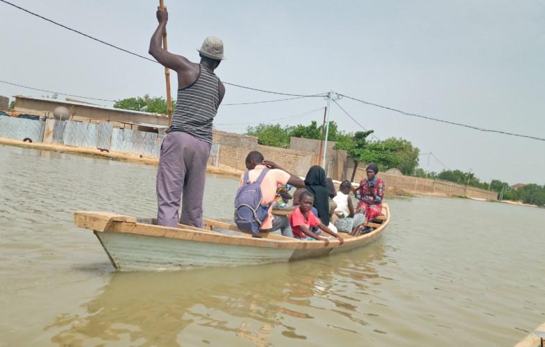Tchad :  des pirogues  utilisées pour désenclaver les quartiers Atrone-Abena