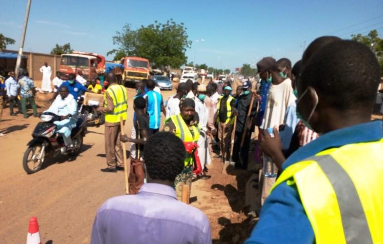 """Tchad : l'association """"Santé pour tous"""" donne un coup de balai sur l'avenue Yoadimnadji"""