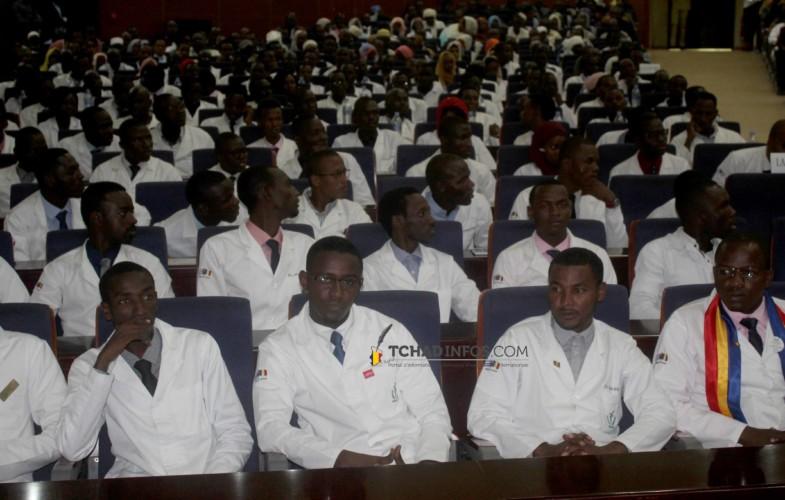 Tchad : Déby interpelle les nouveaux médecins à travailler dans le respect de la déontologie