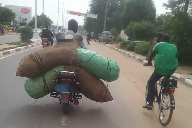 Société : surcharge, transport hors norme… les moto-taximen s'adonnent à cœur joie