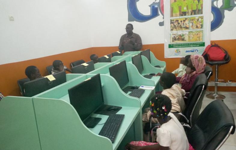Tchad : l'Association Tout sain, tout vert initie des élèves  à la culture des NTIC