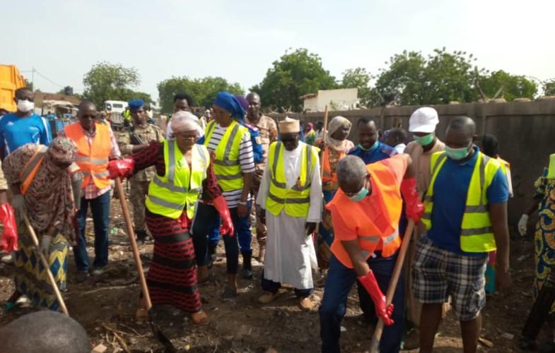 Tchad : le comité des jeunes du 6e arrondissement donne un coup de balai au marché de Dembé