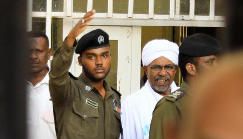 """International : l'ex président soudanais Omar el-Bechir condamné à deux ans en """"résidence surveillée"""""""