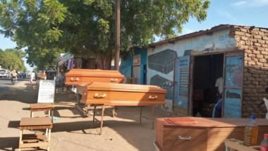 """[REPORTAGE] Tchad : la vente des cercueils """"prêt-à-porter"""" passe mal chez des N'Djamenois"""