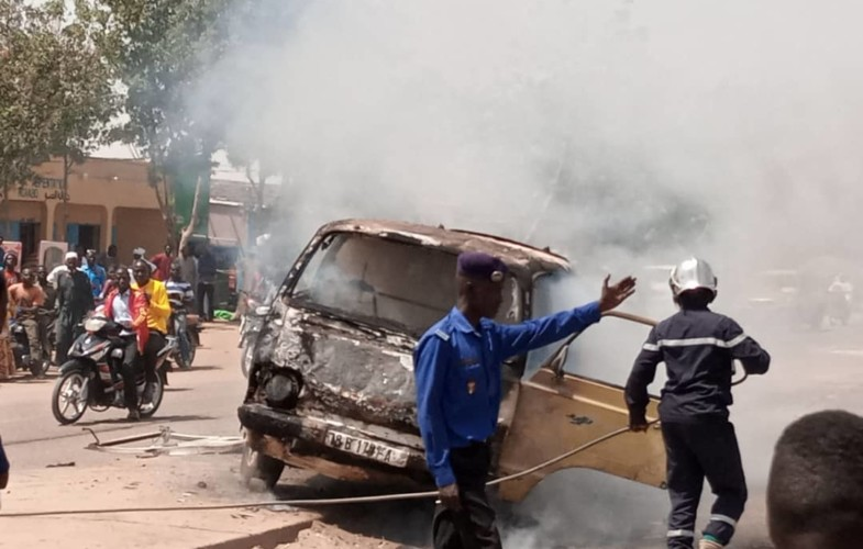 Tchad : un minibus prend feu en pleine circulation
