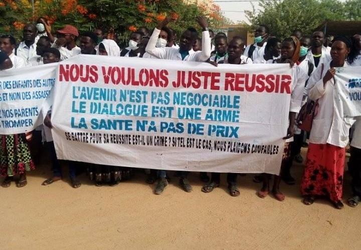 Abéché : les étudiants en médecine d'UNABA organisent un sit-in devant leur administration