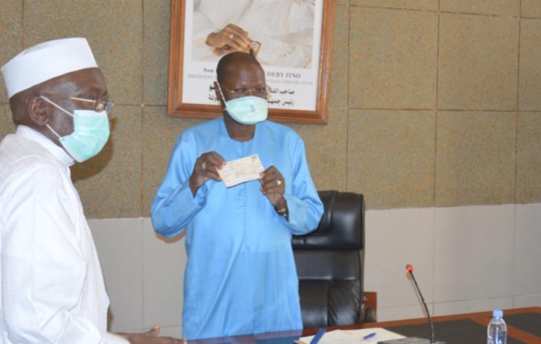 Coronavirus :  le patronat remet un chèque de 30 millions à la cellule de veille