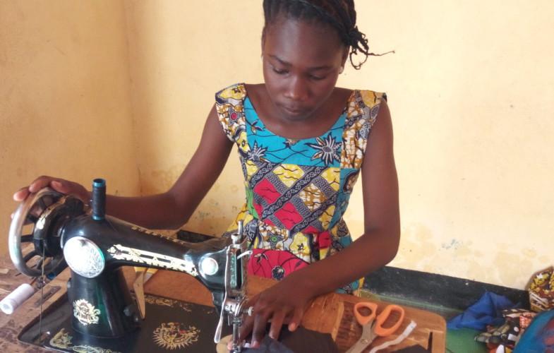 Coronavirus : Karlem 12 ans, confectionne des masques et les distribue gratuitement