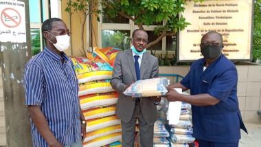 Coronavirus : les fonctionnaires tchadiens de la BDEAC font don de vivres et non vivres