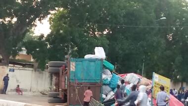 Faits divers : Un véhicule surchargé de marchandises finit son trajet dans une rigole