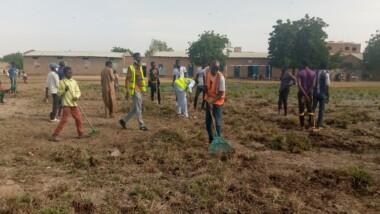 Éducation : La cour de l'école primaire d'Amtoukouïn déblayée par un groupe de jeunes