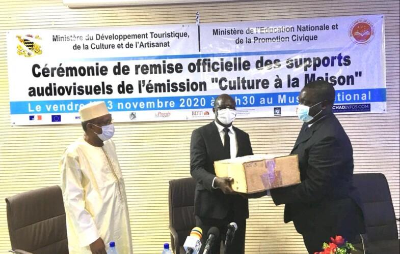 """Culture : Le mois du livre et de la lecture remet officiellement les supports  de l'émission """"Culture à la maison"""" au ministère de l'éducation"""