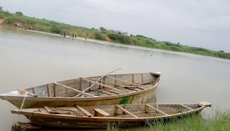 Tchad:  Deux hommes, naviguant sur le fleuve Chari, renversés par un hippopotame