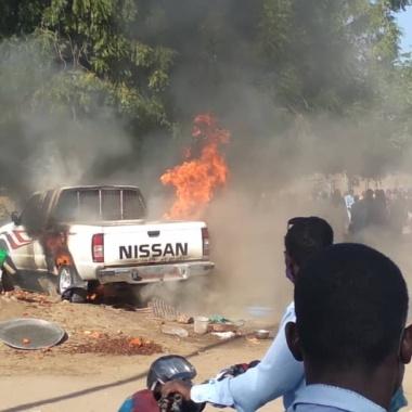 En voulant esquiver un motocycliste, il percute un étal de criquets et sa voiture prend feu