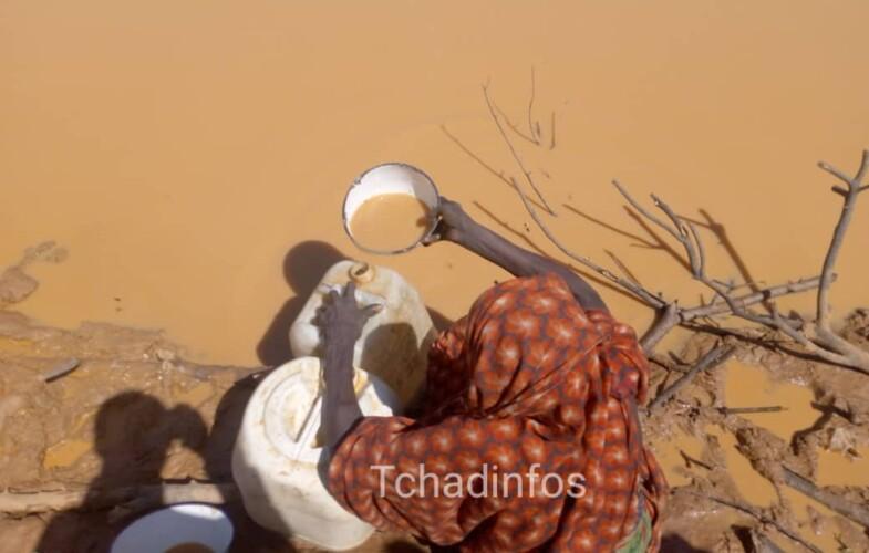 Sila : les habitants de Minechir, s'abreuvent dans un trou