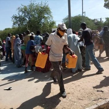 Pagaille dans la distribution des vivres au Lycée Félix Eboué : policiers et démunis se disputent les colis