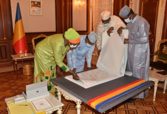 Urbanisation : les plans de la ville de N'Djaména sont  remis au président Idriss Deby Itno