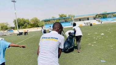 Après le meeting de leur candidat, les jeunes du bureau de soutien Al-Istiqrar ont nettoyé le stade IMO