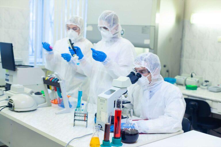 """Coronavirus : deux laboratoires  annoncent un candidat-vaccin """"efficace à 90 %"""""""