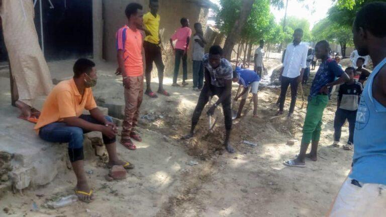 Des volontaires mobilisés pour le curage des caniveaux au 1er arrondissement de N'Djamena