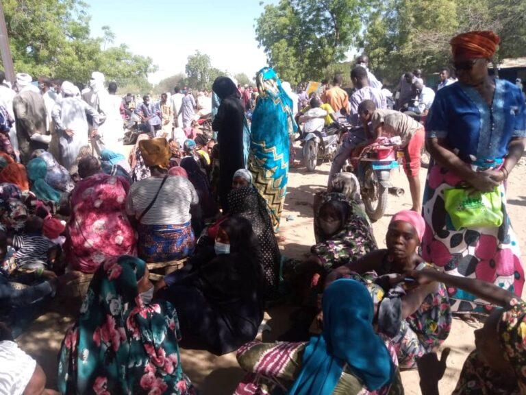 توزيع المواد الغذائية: لايحترم التباعد الاجتماعي